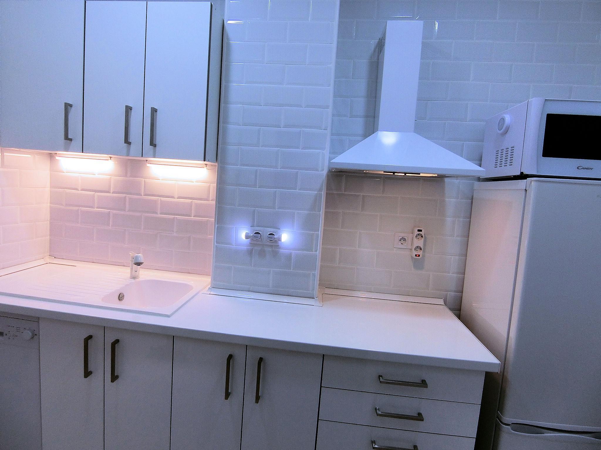 Decoración minimalista y funcional de una cocina pequeña